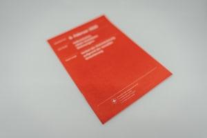In der Schweiz finden regelmässig Volksabstimmungen statt. Die Bevölkerung kann über neue Gesetze abstimmen.