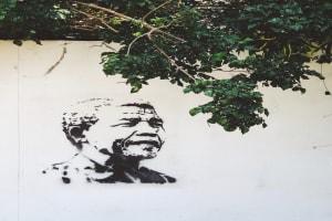Nelson Mandela kämpfte als Dunkelhäutiger Mensch gegen die Unterscheidung von Schwarzen und Weissen.
