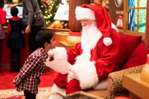 Der Weihnachtsmann ist eine Legende und erfüllt den Kindern ihre Wünsche.