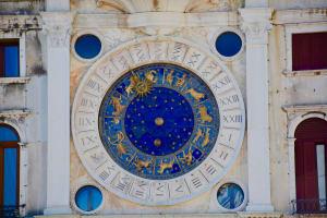 Das Bild zeigt die 12 astologischen Sternzeichen