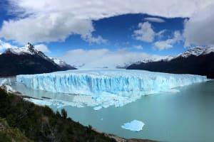 Das Bild zeigt einen schmelzenden Gletscher
