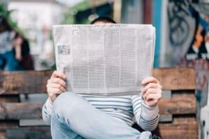 Das Bild zeigt eine Person, die aktuellen News liest.