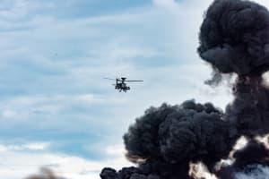 Ein Kriegsflugzeug fliegt über Rauch, der durch eine abgefeuerte Bombe entstanden wurde