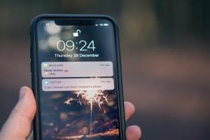 Das Bild zeigt ein Iphone Bildschirm, auf dem man eine WhatsApp Nachricht sieht.