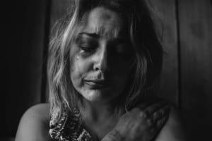 Das Bild zeigt eine weinende Frau
