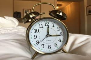 Das Bild zeigt einen Wecker. Sommerzeit-Umstellung
