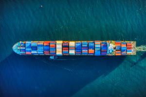 Das Bild zeigt ein Frachtschiff auf dem Meer