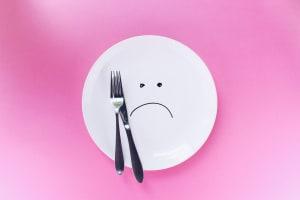 Das Foto zeigt einen leeren Teller, da manche Menschen aufgrund einer Diät mehrheitlich auf das Essen verzichten.