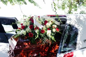 Das Bild zeigt ein Grab mit wunderschönen Blumen
