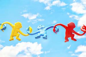 Das Bild zeigt Spielzeug-Affen in der Luft