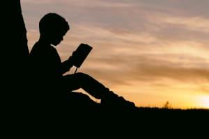 Das Bild zeigt ein Kind im Schulunterricht.
