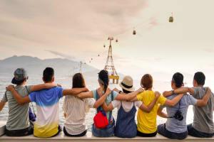 Das Bild zeigt eine Gruppe von Menschen, die sich umarmen