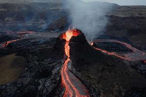 Das Bild zeigt einen aktiven Vulkan