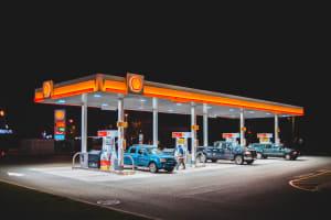 Autos an einer Tankstelle