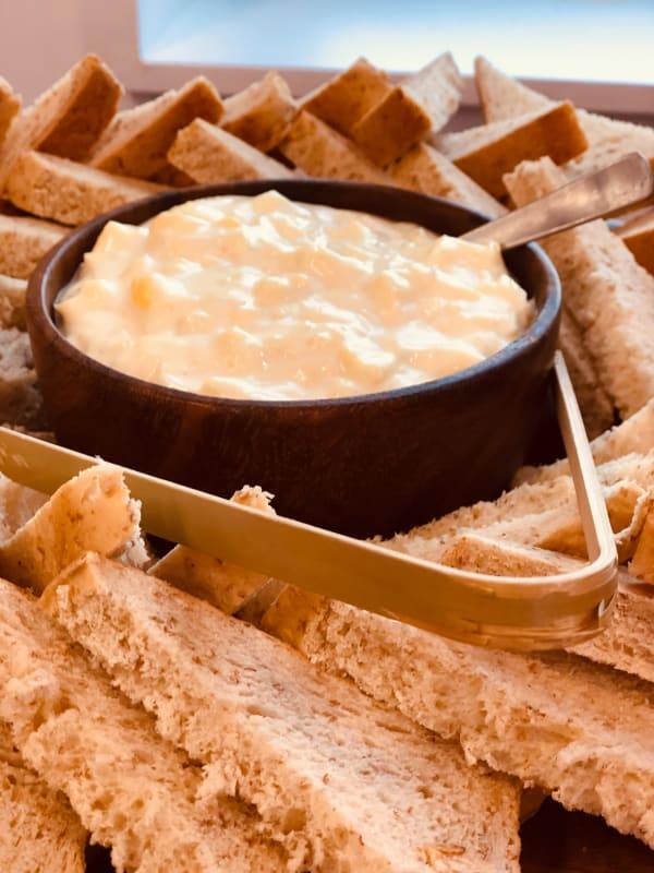 Fondue ist eines der Spezialitäten als Speisen im Winter in der Schweiz
