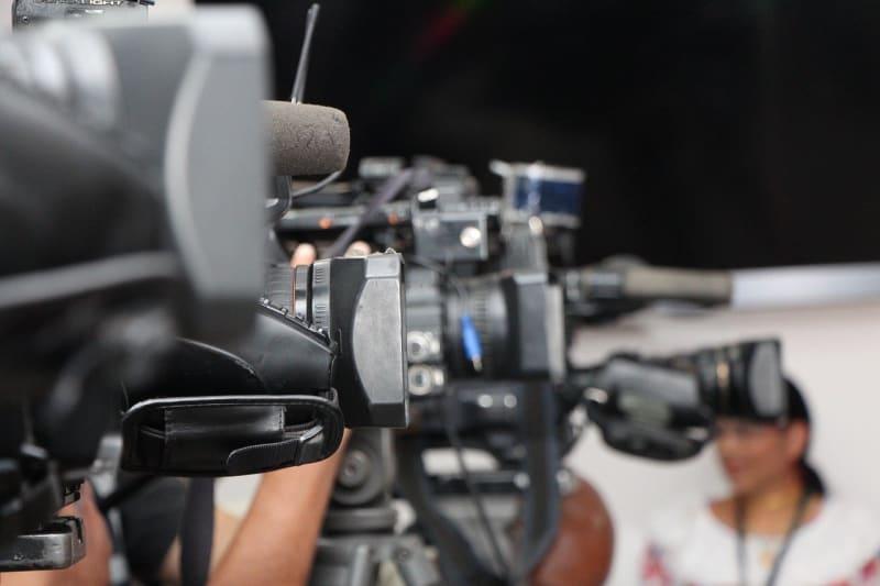 A line of press cameras