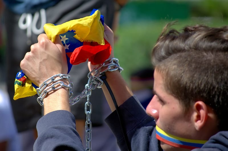 Young man chains himself to the Francia Square, in the Altamira neighborhood (Caracas, Venezuela), asking for the release of all the jailed protesters of this year Venezuelan unrest - Via Wikimedia Commons