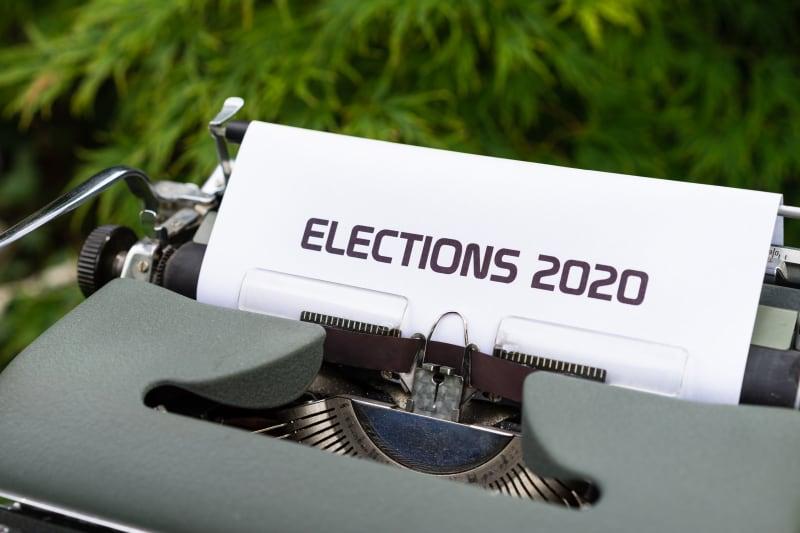Schreibmaschine mit Blatt auf welchem 'Elections 2020' steht.