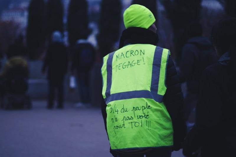 Anhänger der Gelbwesten-Bewegung demonstrieren gehen erhöhte Benzinpreise.