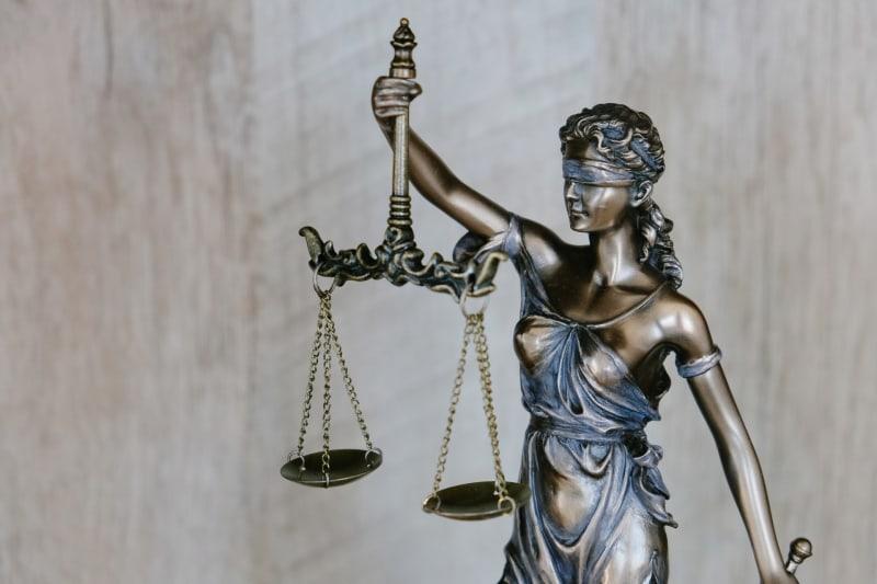 Die Justitia steht für die Menschenrechte und das Gleichgewicht zwischen allen.