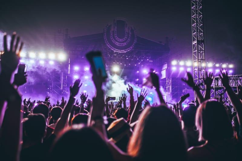 Das Bild zeigt Menschen bei einem Musikkonzert