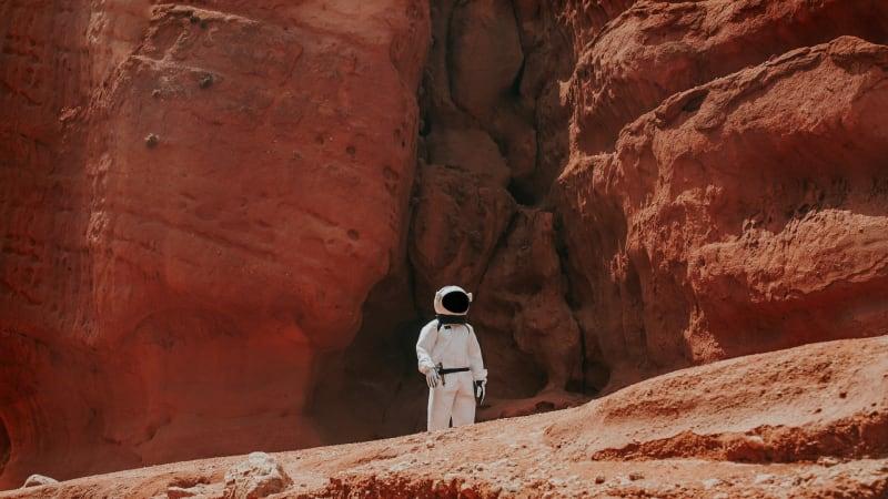 Ein Astronaut steht auf dem Planeten Mars