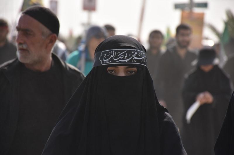 Das Bild zeit eine muslimische Frau mit Burka.