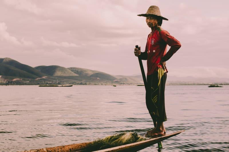 Das Bild zeigt einen Birmanen auf dem See