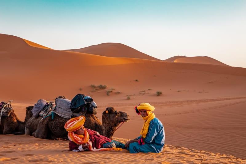 Das Bild zeigt ein Kamelreiter in den Sanddünen von Marokko