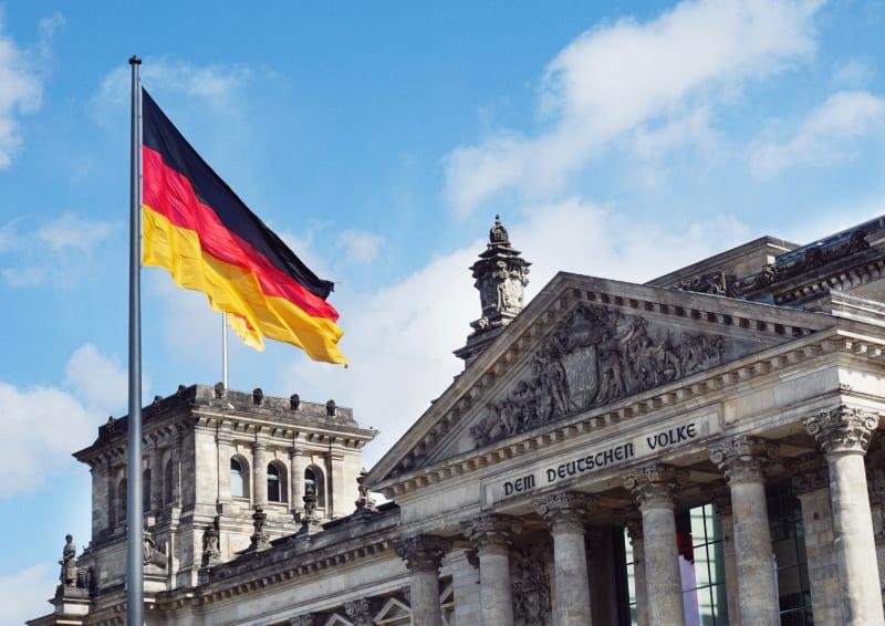 Das Bild zeigt die Deutsche Flagge vor dem Bundeshaus