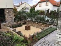 Garten mit Natursteinmauer und Bepflanzung