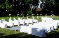 Hochzeitslocation draußen weiße Stühle