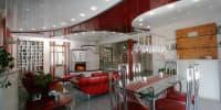 Spanndecke rot und weiß glänzend Wohnzimmer