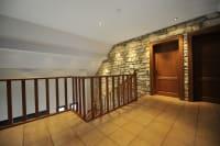 Spanndecke im Flur mit Holzgeländer Treppenaufgang