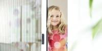 Kleines blondes Mädchen Terrassentür Insektenschutzsystem