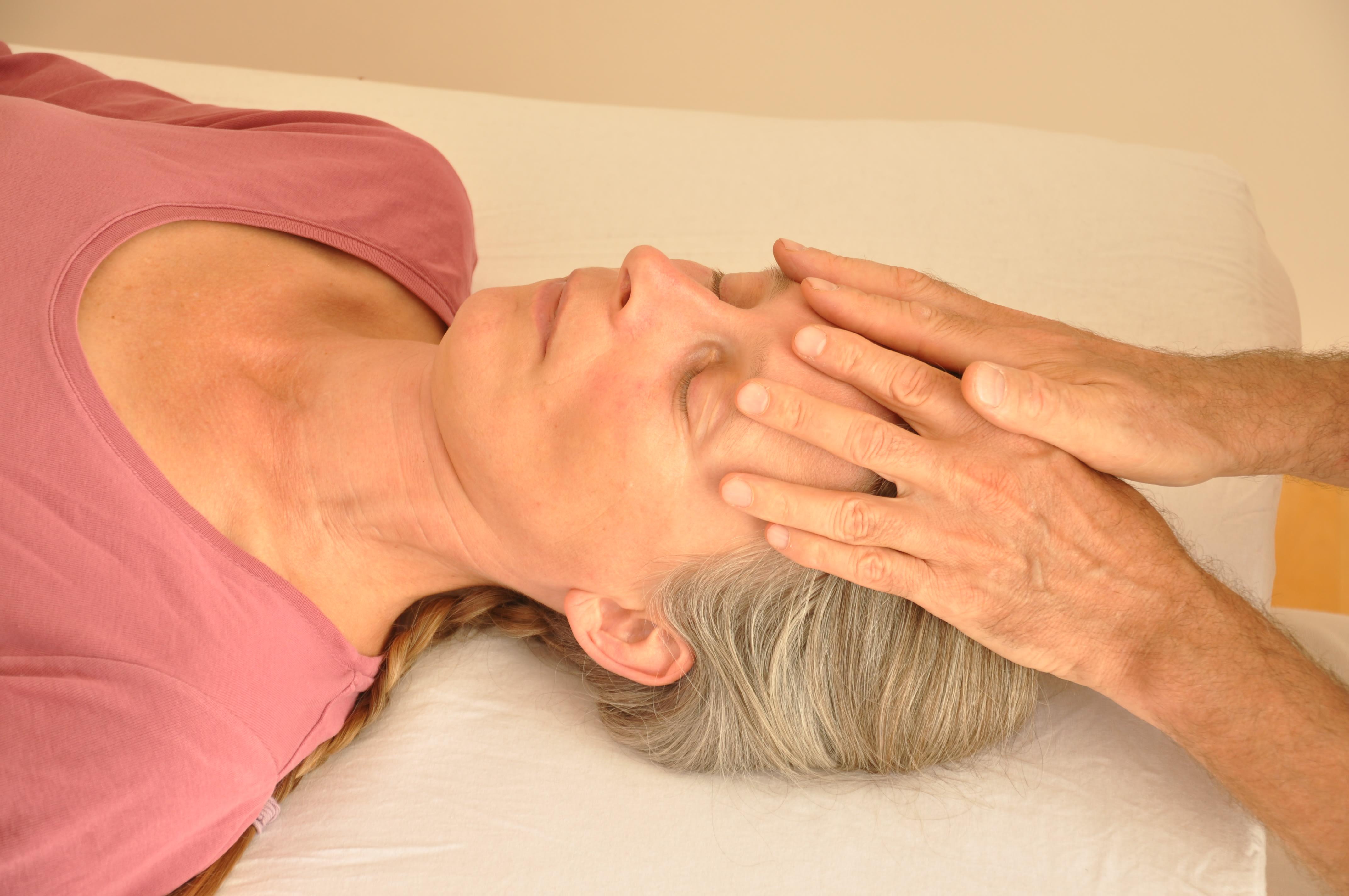 Craniosacral Healing Ausbildung Seminar - Frau in einer Behandlungssitzung