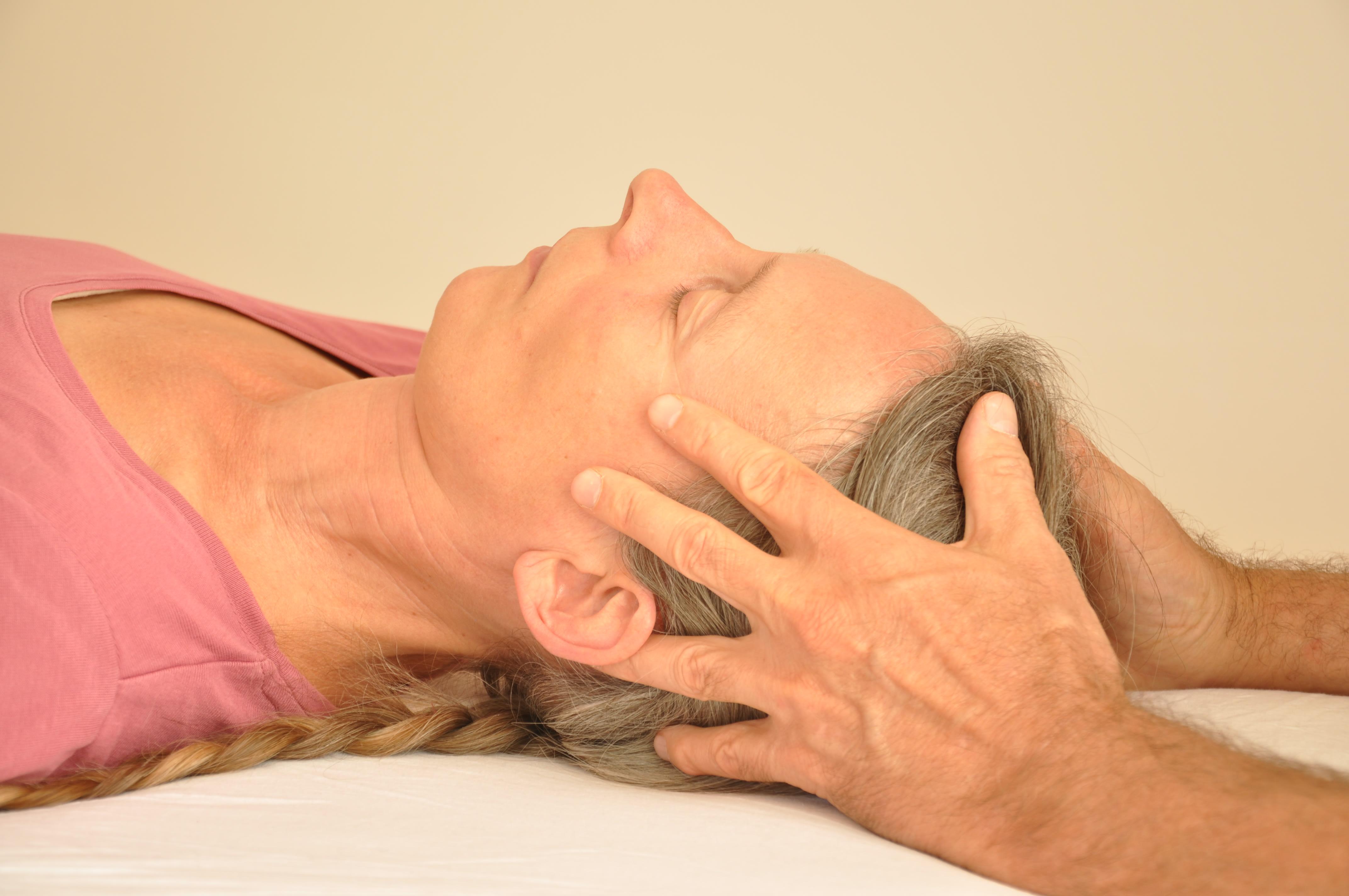 Craniosacral Healing Ausbildung Seminar - Eine Frau wird behandelt und ist dabei sichtlich entspannt