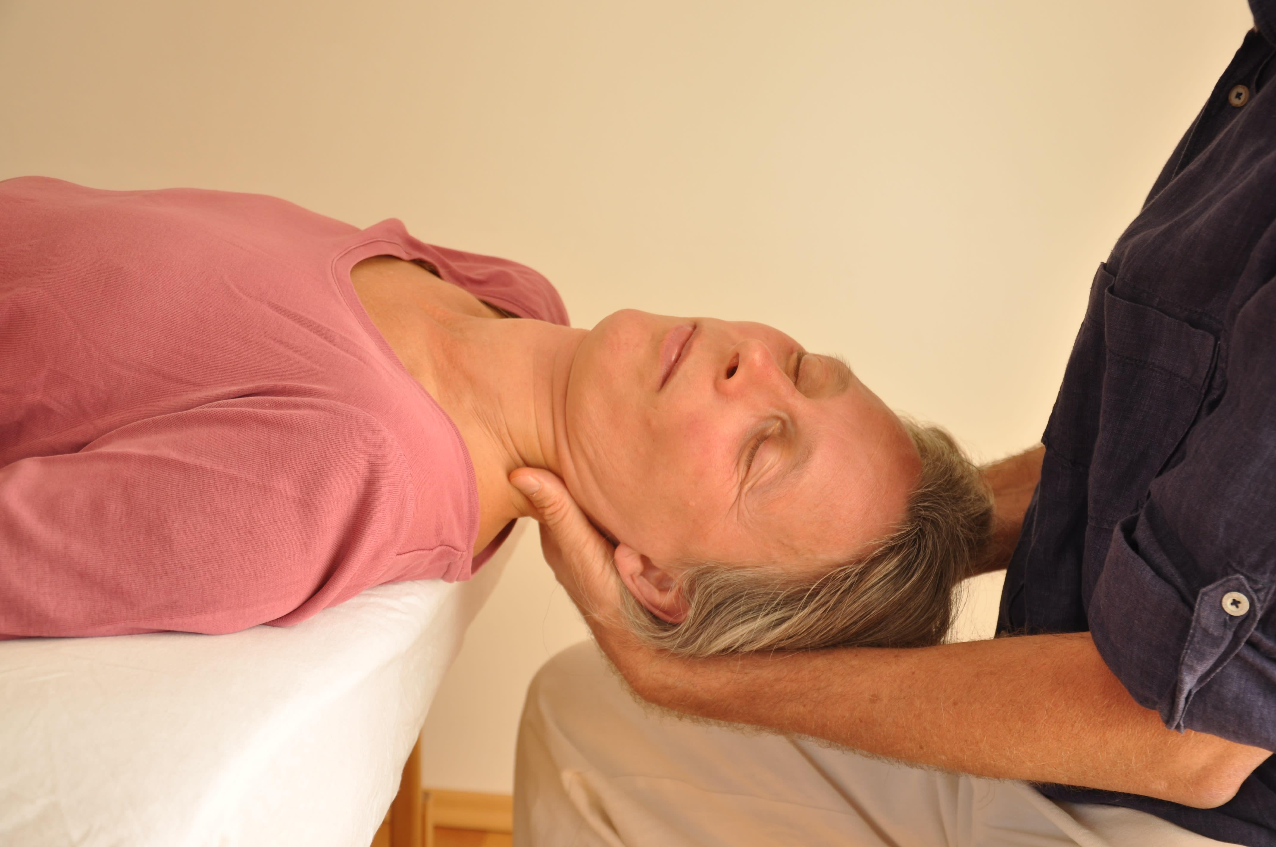 Craniosacral Healing Ausbildung Seminar - Eine Frau entspannt sich in der Behandlung