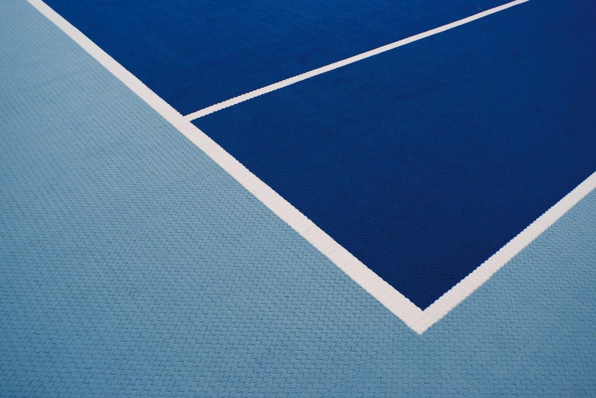Tennishallenboden Farbe Hellblau und Dunkelblau mit weißen integrierten Linien