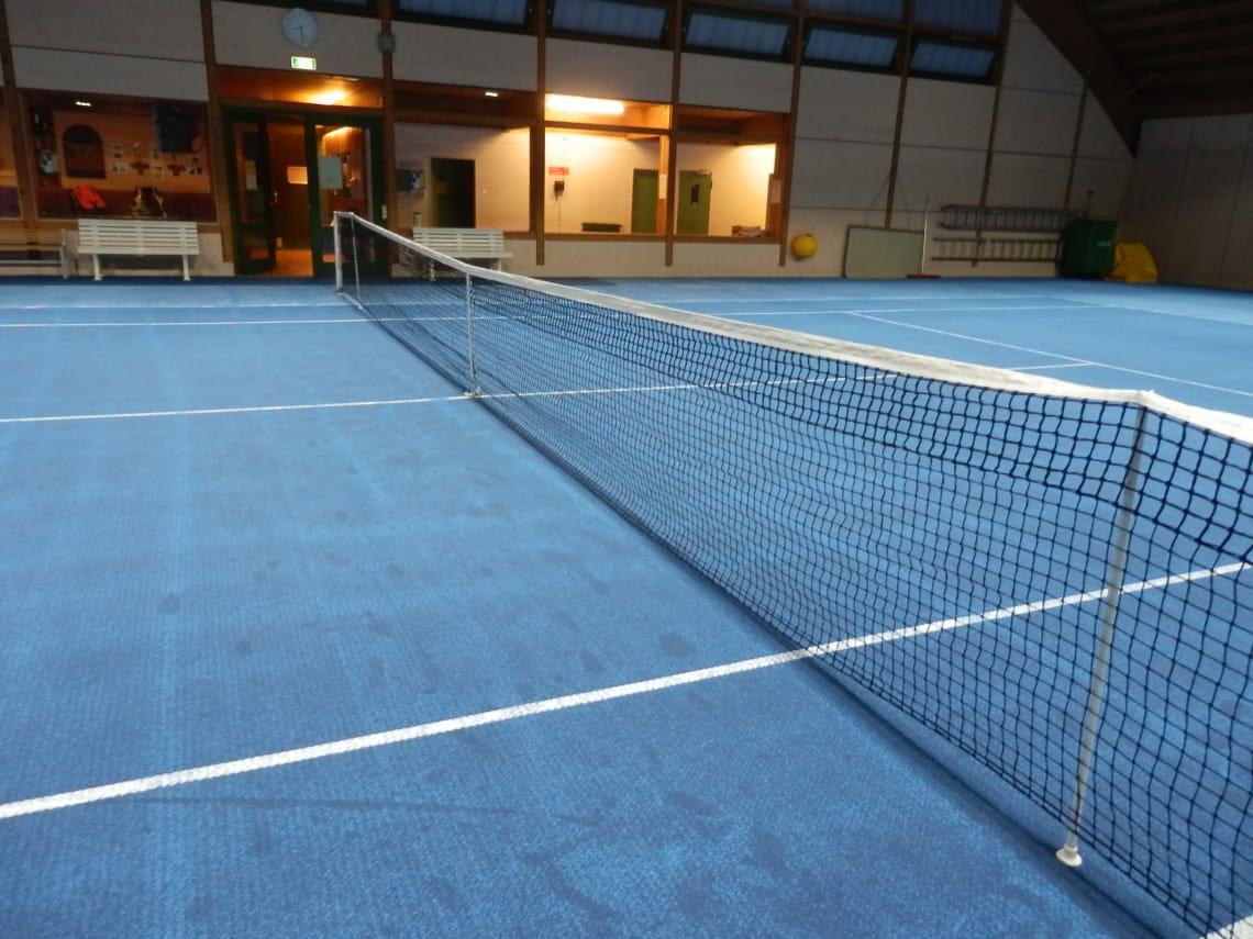 Tennishalle Gaggenau Tennisnetz blauer Boden