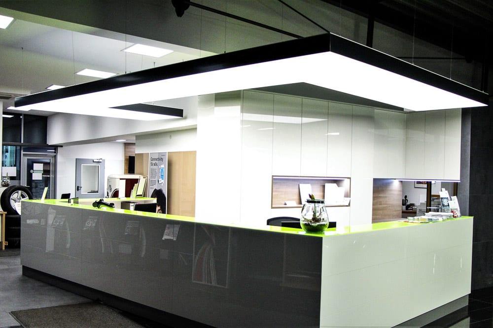 Lichtdecke in einem Autohaus an der Theke integriert