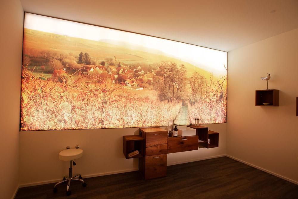 Motivdruck im Wohnzimmer mit Feld Design und Dorf im Hintergrund