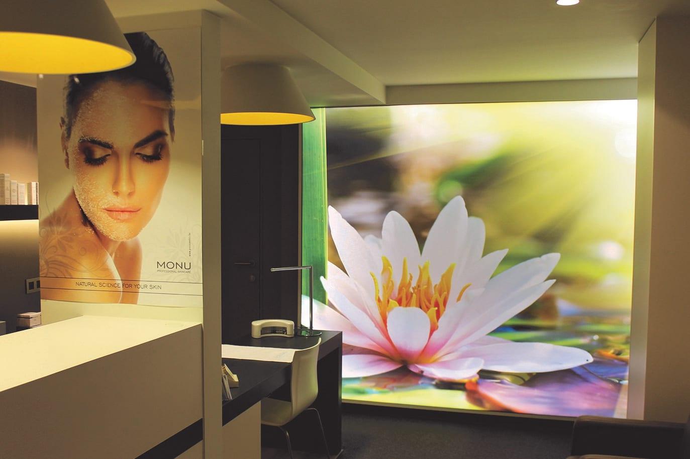 Motivdruck im Kosmetikstudio als Hintergrund mit Lilienblüte