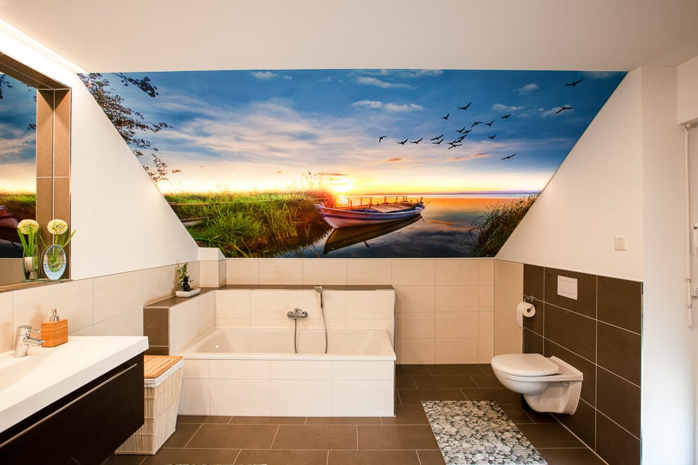 Motivdruck im Badezimmer mit Fluss und Boot an Dachschräge