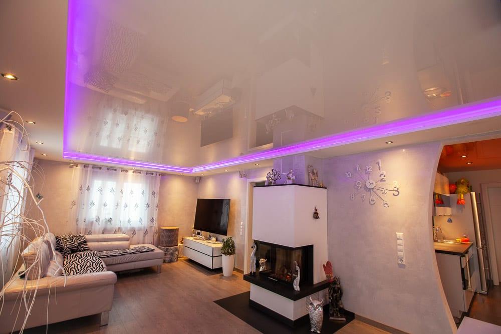 Wohnzimmer mit Lackspanndecke und integriertem LED