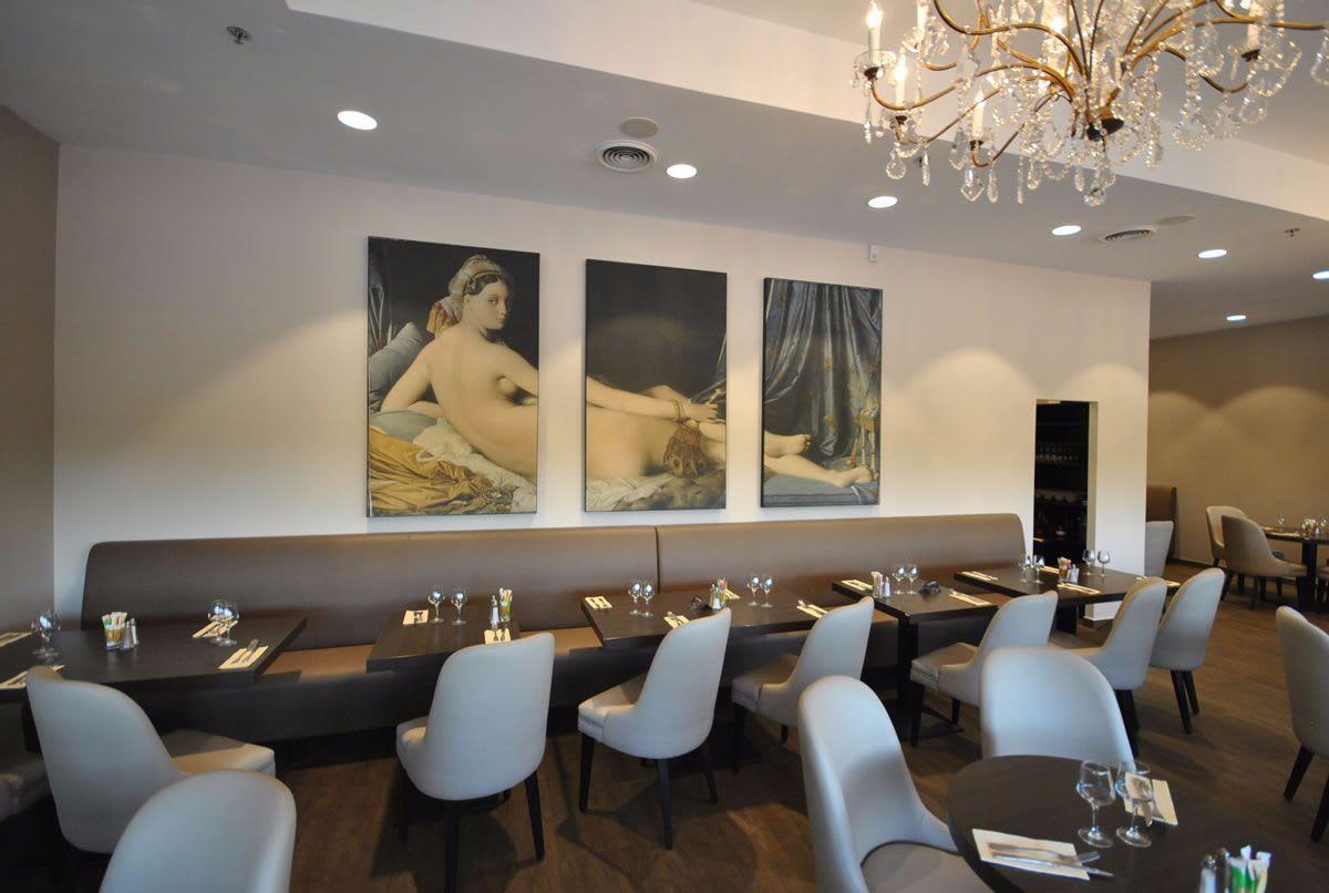 Restaurant Raum mit weißer Decke und Kronleuchter