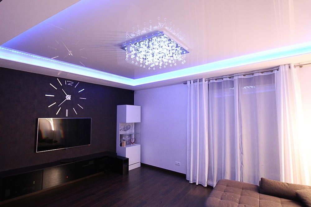 Wohnzimmer mit Lackspanndecke mit Glitzersteinlampe
