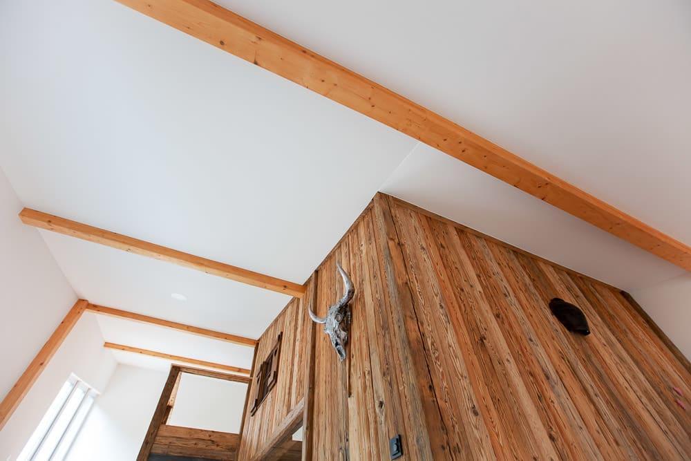 Wohnraum Decke mit Lackspanndecke und Holzwand