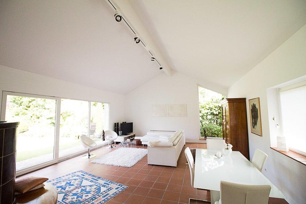 Wohnzimmer in weiß gehalten mit weißer Spanndecke