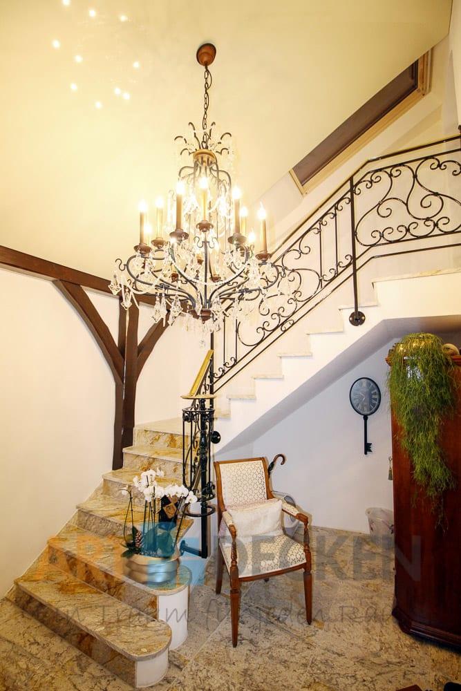 Wohnraum/ Flur mit weißer Spanndecke integriert Kronleuchter